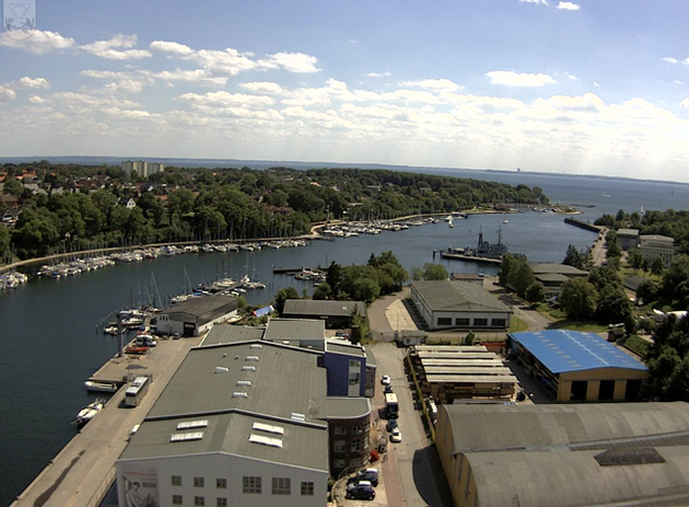 Webcam von Neustadt Hafeneinfahrt. Hinten links an der Spitze liegen die Tennisplätze.