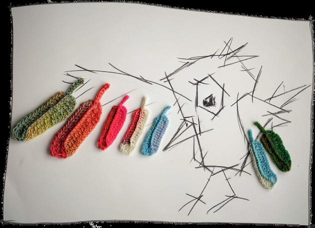 Häkelfedern als Wandbild, moderne Kunst, Kohlezeichnung Vogel, Häkelkunst