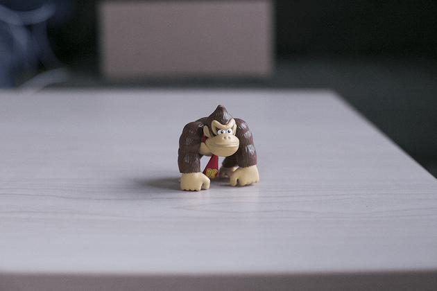 Figurine de Donkey Kong photographiée sans boîte à lumière
