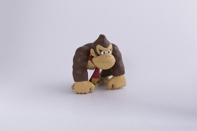 Figurine de Donkey Kong photographiée dans une boîte à lumière  avec un appareil photo Canon