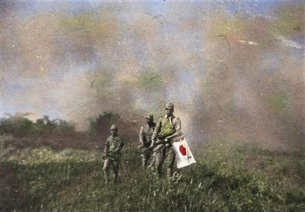 日中戦争 日章旗を掲げて荒野を行く