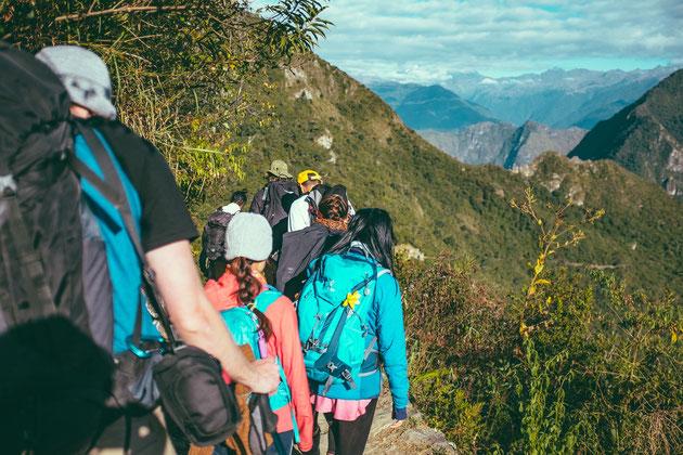 Umlaufbild Unterseite Azubi Training Fit for Job, Azubis beim Wandern im Gebirge