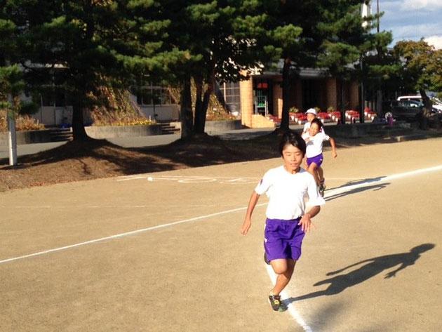 自己ベストめざして力走する1000m走選手