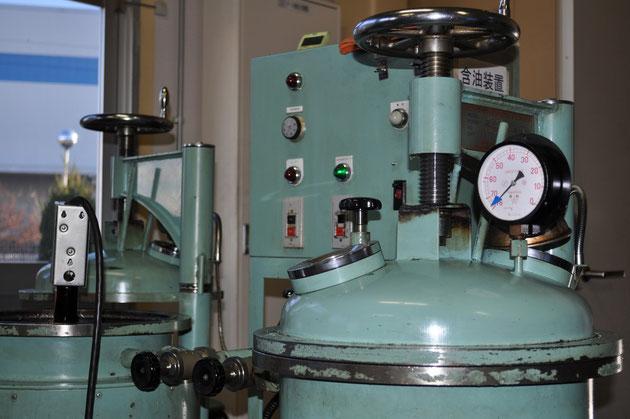 装置の窯の中を真空にさせ、製品内部のポーラス(空孔)に油を染み込まさせます。