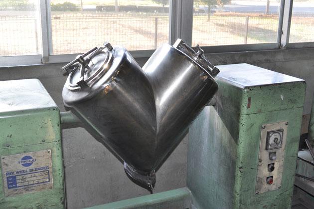 金属粉末を混合機を用いて、異なる原料が均一に混ざり合うように混合していきます。