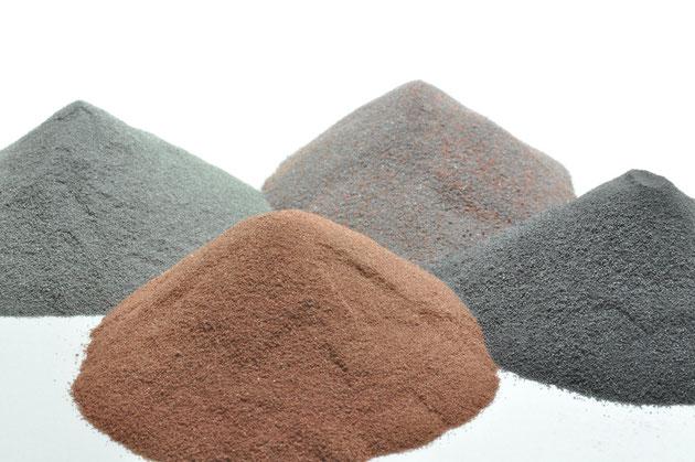金属粉末を主原料とします。高品質な製品をつくるためには、良質な原料を選び、各々の金属粉末の特性(純度・形状・粒度)をよく理解し、適切な割合で配合することが重要です。