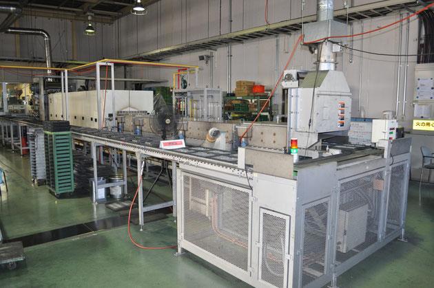 プレス成形機によって成形された素材を、高温の炉に入れて焼き固めます。 成形体は高温で加熱をすることで、粒子同士が結合し、合金化します。