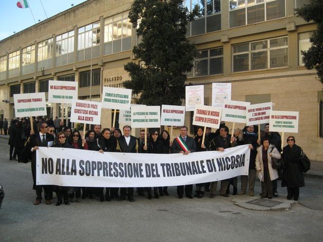Manifestazione di protesta in occasione della Cerimonia di inaugurazione dell'anno giudiziario presso la Corte di Appello di Caltanissetta del 28.1.'12