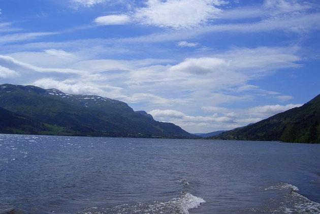 Ein herrlicher See mit blauem Wasser