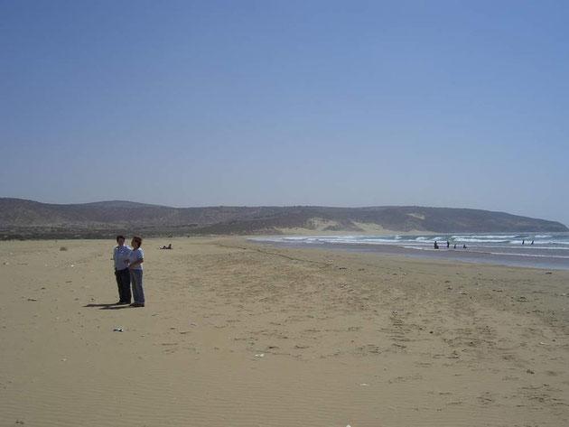 Ein Strand mit 2 Urlaubern