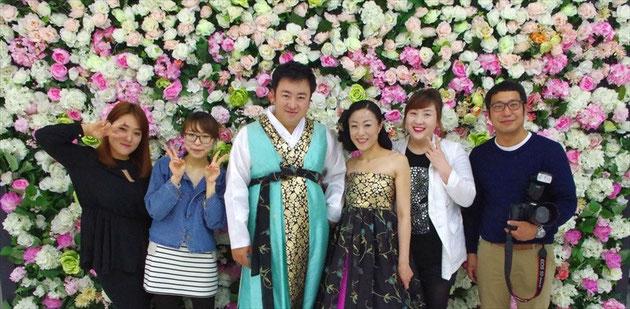 2014年5月4日shinee Weddingにてお客様とカメラマン、スタジオスタッフの記念撮影。韓服ドレスはスタジオに用意されてます。