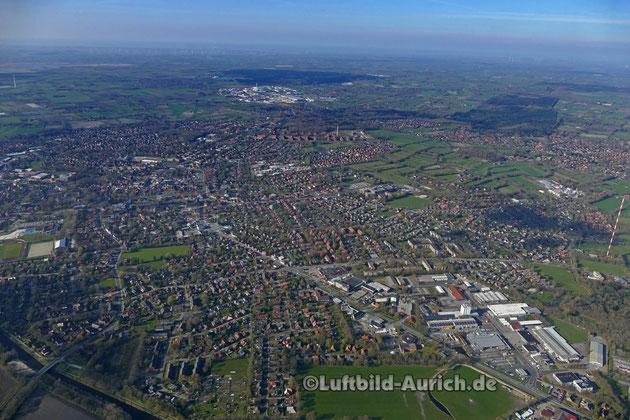 Aurich von Süden her, rechts Fernsehturm oben Bildmitte Gewerbegebiet Sandhorst
