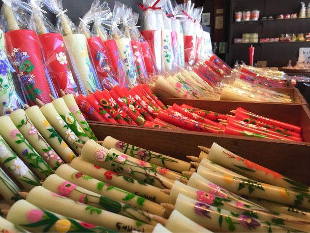 お店に入るとまず、初めに手描き絵ろうそくのコ-ナ-   色とりどりのお花が咲いているような、ろうそくたちです。