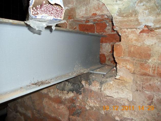 Узел опоры балки перекрытия в кирпичной стене