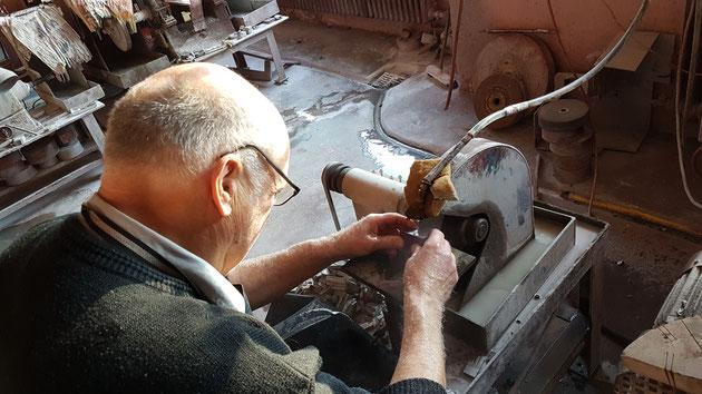 Herr Schmähler beim schneiden des Rubins