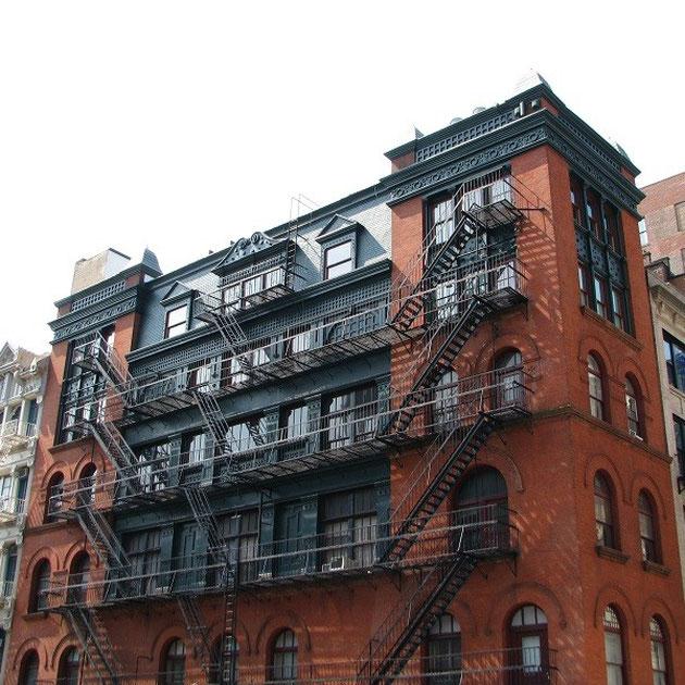 Eines der ältesten Gebäude in New York mit seien Feuerleitern.