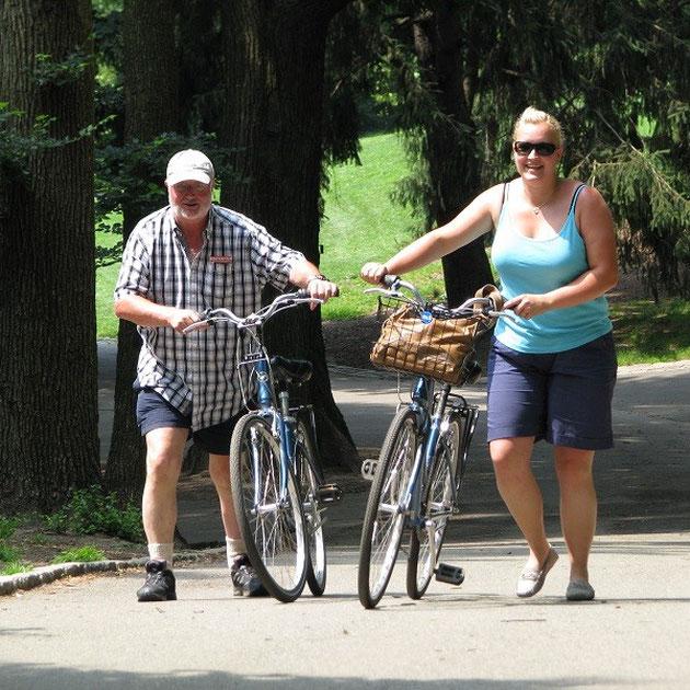 Ines und Theo nach der Radtour im Cental Park bei 35° C.