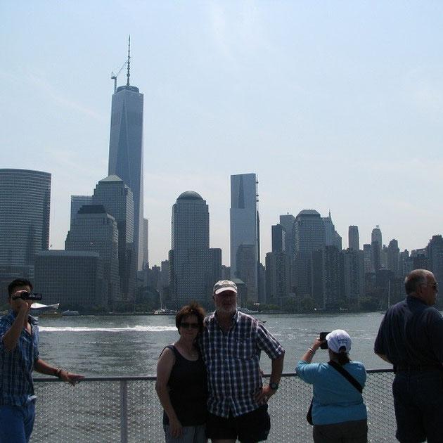 Gerlinde und Theo vor der Skyline von Manhattan.
