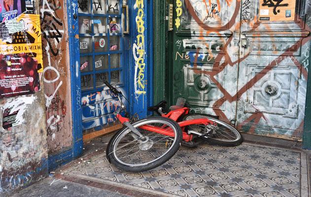 ハンブルクの破壊された玄関先と自転車