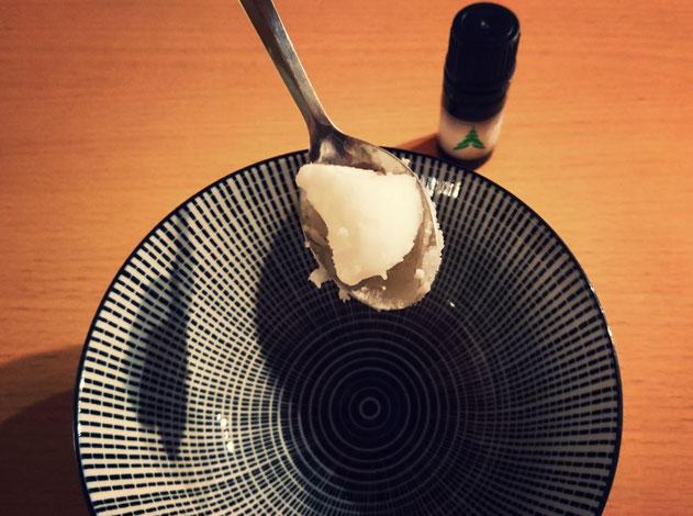 Mettre une cuillère d'huile de coco dans le bol