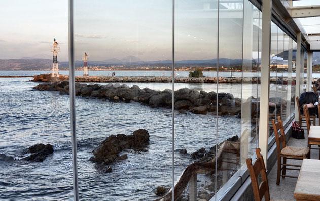Restaurant am Meer mit Glasfront