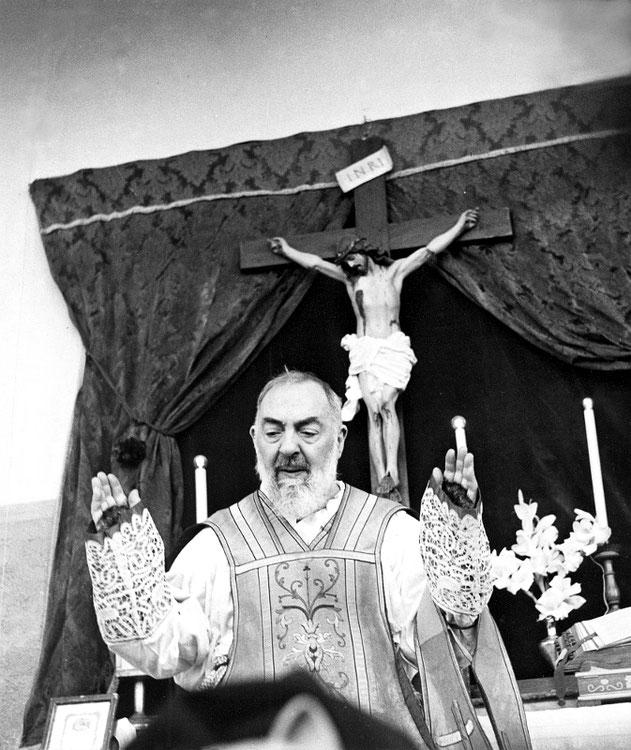Padre Pio da Pietrelcina durante la celebrazione della Santa Messa