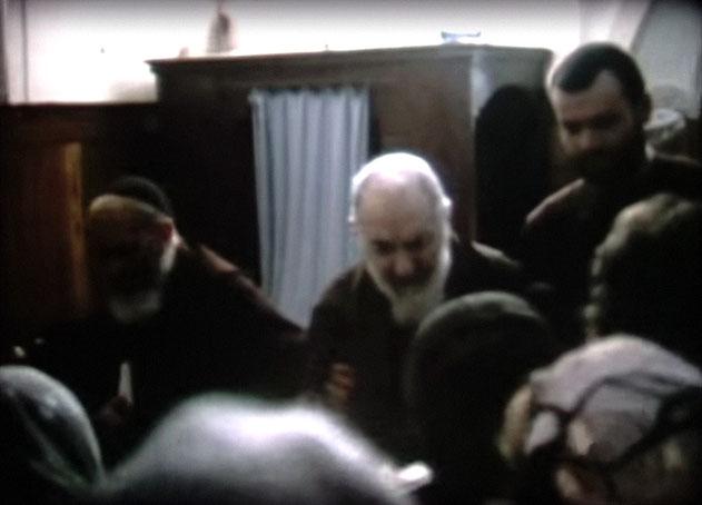 Padre Pio esce dal confessionale