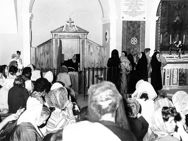 Padre Pio al confessionale e altare Immacolata chiesa Santa Maria delle Grazie San Giovanni Rotondo