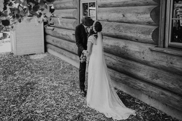 Brautpaar küsst sich First Look