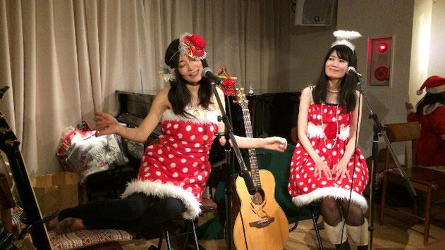 祖師谷大蔵カフェ・エクレルシでの「seico」と「よしだめぐみ」のコンサート場面