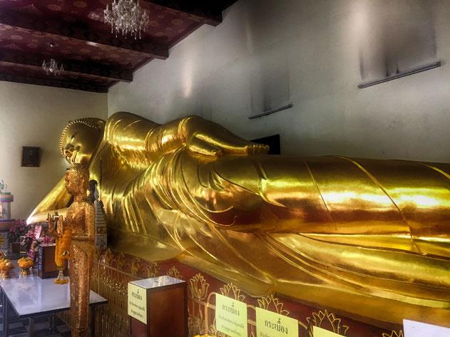 Eine der vielen großen, ruhenden Buddhastatuen in Thailand