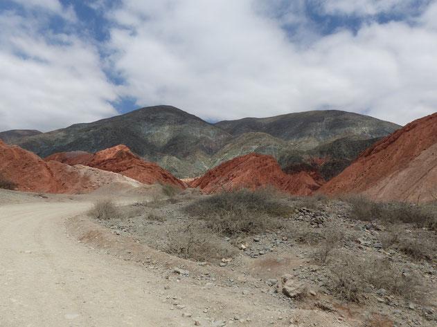 Traversée de Purmamarca et ses montagnes colorées sur la boucle Nord de Salta en Argentine