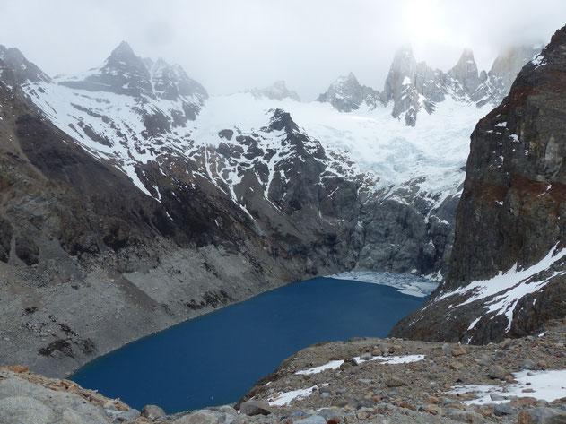 Lagune bleue turquoise dans les montagnes enneigées, Fitz Roy, El Chalten