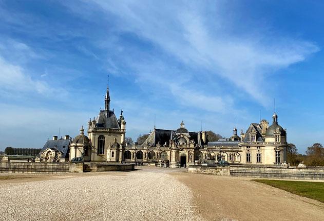 facciata del castello di Chantilly in Francia