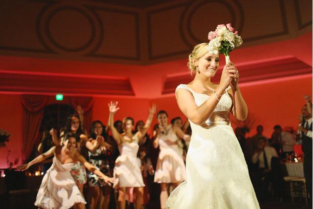 organiza el lanzamiento del ramo de novia