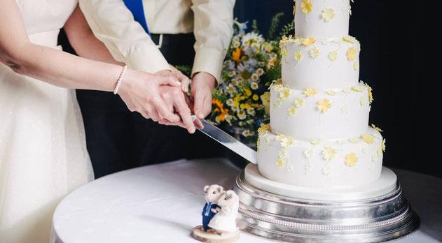 organiza el corte del pastel de la boda