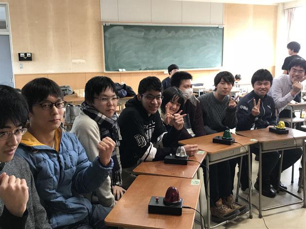 昨年のAQLに参加した秋田高校の面々。会場となった仙台までの交通費は鈍行を使っても一人往復で約一万円。さらに、片道6時間の長旅だ。始発に乗っても到着は12時という過酷な条件の中、彼らは見事全国の切符をつかみ取った。