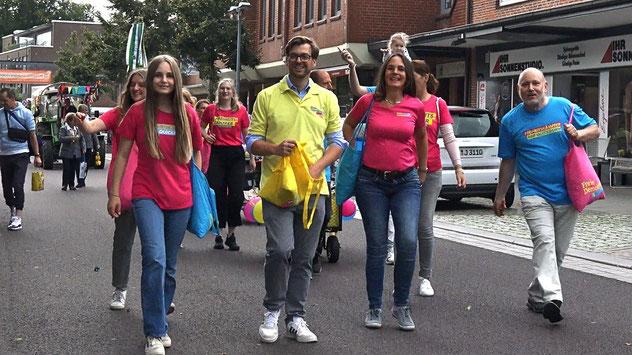 Zu Fuß und mit Bollerwagen nahmen die FDP-Mitglieder am Umzug teil, SPD und Grüne waren dieses Mal nicht dabei