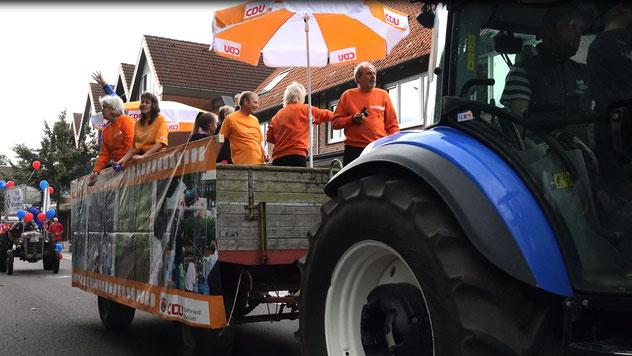 Traditionsgemäß zog ein großer Traktor den Anhänger, mit dem eine CDU-Delegation im Umzu mitfuhr