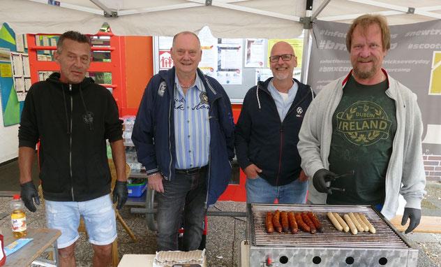 Das Grillteam des Vereins mit Wolfgang Behrens, Andreas Dehmel (2. Vorsitzender), Stefan Torn und Karsten Pappendorff (v.r.) sorgte für die kulinarische Versorgung der Workshop-Teilnehmer und der Gäste.