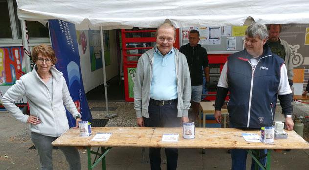"""Der Verein """"Quickborn hilft"""" mit seinem Chef Andreas Torn (r.) nutzte die Gelegenheit, für die Flutopfer zu sammeln, unterstützt von Stadtrat Bernd Weiher."""