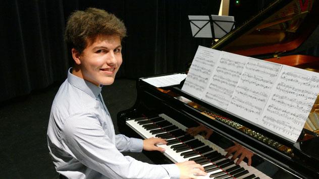 """Jannis Gragert brachte im Rahmen des Preiträgerkonzerts u.a. eine Sonate von Scarlatti, """"Six Grandes Etudes"""" von Franz Liszt und zum Abschluss """"Sechs Tänze"""" von Bela Bartók zu Gehör"""