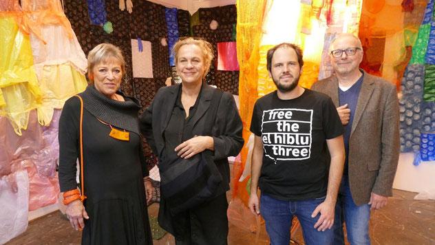 Ausstellungsmacher Edwin Zaft (ganz rechts) freute sich, nach der Corona-Pause eine Ausstellung der Künstlerin Friederike Lydia Ahrens präsentieren zu können, die von Katrin Brinkmann vorgestellt wurde.