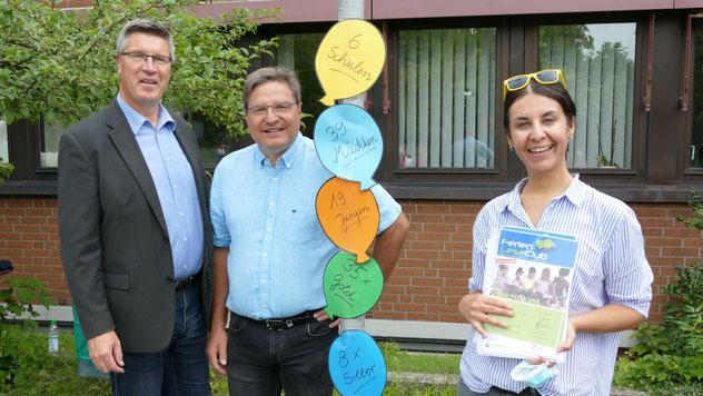 Büchereileiterin Emine Ulusan hatte die Ergebnisse des Wettbewerbs plakativ aufbereitet, Bürgermeister Thomas Köppl  und Fachbereichsleiter Carsten Möller freuten sich über die große Resonanz