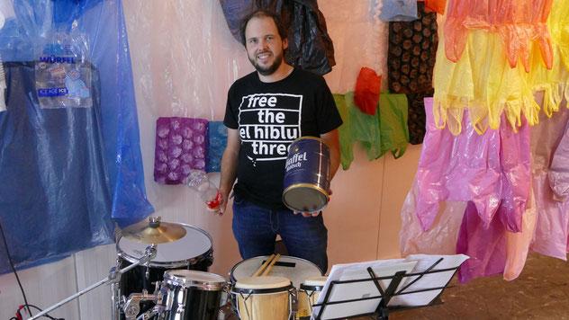 Der Percussionist Stefan Weinzierl , der auf gefundenen 'Müllinstrumenten' Klänge und Rhythmen erzeugt, sorgte bei der Vernissage für den musikalischen Rahmen.