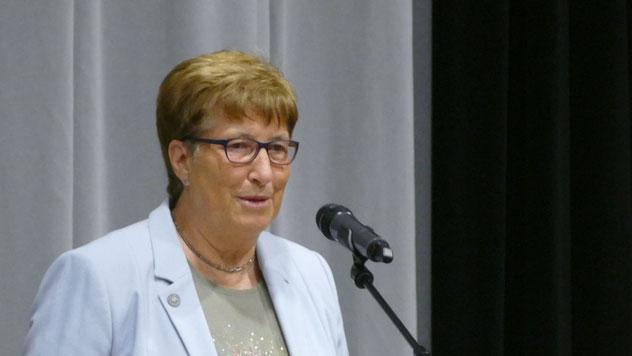 Für den Kreis überbrachte die stellvertetende Kreispräsidentin Elke Schreiber (SPD) die Glückwünsche, erinnerte aber auch an die Zeit gemeinsamer ehrenamtlicher Tätigkeit in Quickborn