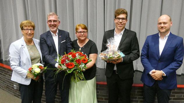Neben wohlwollenden Reden gab es von den SPD-Weggefährten auch Blumen: Elke Schreiber, Christian Bergmann, Tom Lenuweit und ihr Sohn Julian, der ebenfalls in der Quickborner Ratsversammlung sitzt.