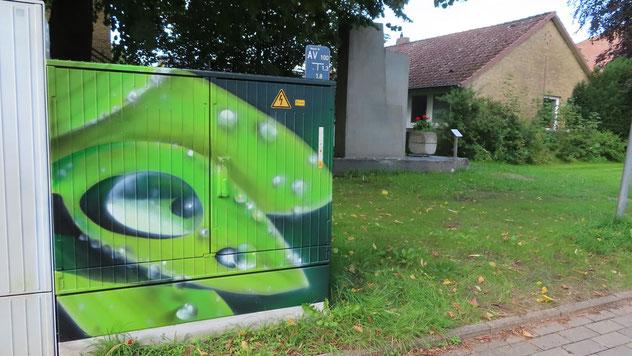 In der Nähe des Denkmals zur Deutschen Einheit (im Hintergrund) findet sich der Stromkasten mit dem Blatt-Motiv