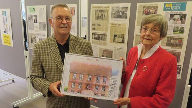 Während der Veranstaltung präsentierten Irene Lühdorff und Rudolf Timm auch eine colorierte Zeichnung des alten Postgebäudes, die der Quickborner Künstler Hans-Werner Seyboth nach historischen Bauzeichnungen für die GWS angefertigt hat.