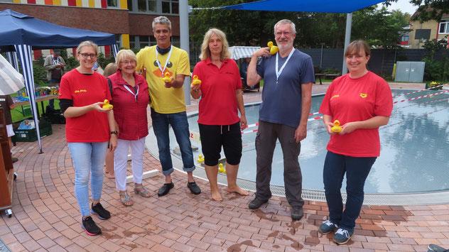 Das Entenrennen-Team: Ramona Kohlhagen (DLRG), Christa Abendroth, Christian Rohde, Nicole Münster, Klaus Wernicke (Schriftführer Eulenring) und Stefanie Johannsen (DLRG)